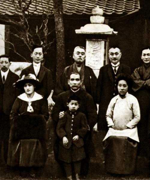 Vợ chồng Tống Khánh Linh cùng bạn bè, đồng chí tại Nhật Bản trong ngày ăn mừng Vương Thế Khải xưng đế không thành