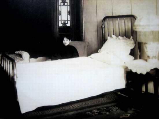 Tống Khánh Linh ngồi lặng hàng giờ bên chiếc giường mà Tôn Trung Sơn đã qua đời.