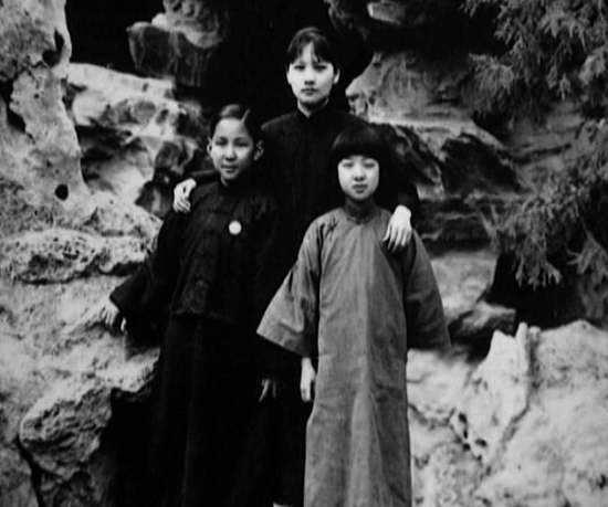 Bức ảnh chụp sau khi Tôn Trung Sơn từ trần. Tống Khánh Linh với 2 người con riêng của ông.