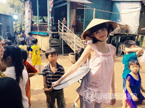 Ngọc Trinh ngồi dầm mưa giữa chợ 8