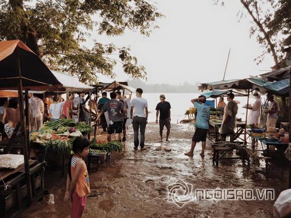 Ngọc Trinh ngồi dầm mưa giữa chợ 6