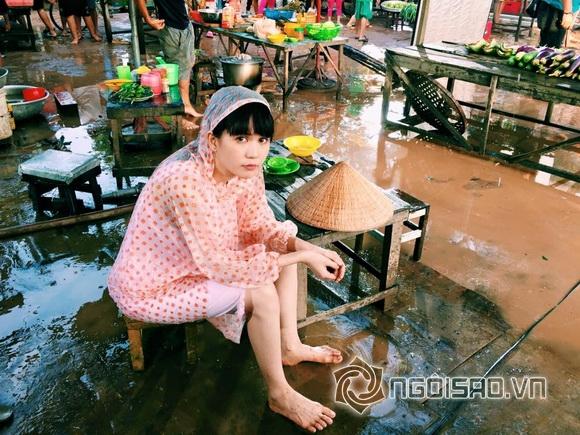 Ngọc Trinh ngồi dầm mưa giữa chợ 0